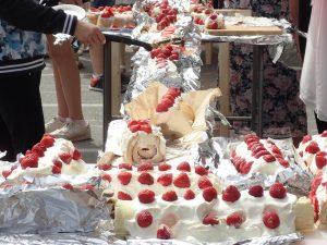 Tårta och fest ute på skolgården
